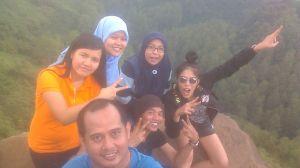 Saya bersama Pak Daud (yang memakai kaos biru) dan teman-teman di Tebing Keraton, Bandung