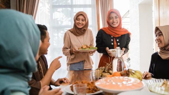 Hari Raya Idul Fitri identik dengan kue dan baju baru.